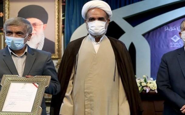 اهدای هدیه یکی از خادمان قرآنی به 10 فعال قرآنی استانهای محروم و مرزی